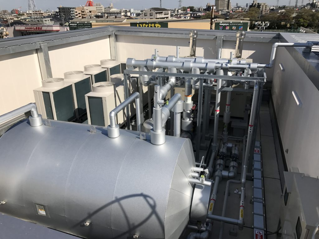 屋上機械置場:貯湯槽・空調室外機・真空式ヒーター