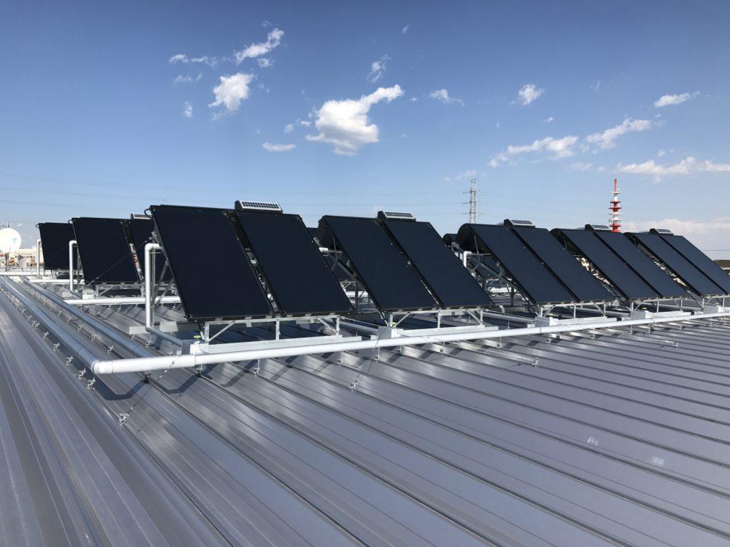 屋根設置太陽熱温水器群:強制循環型