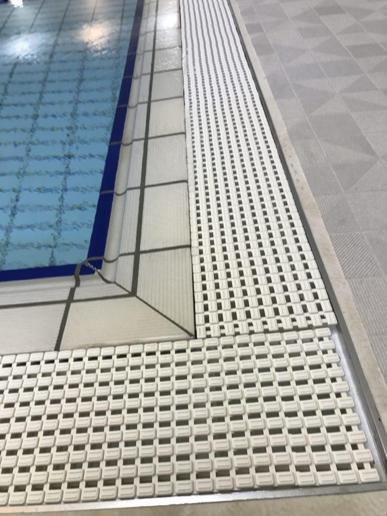 プールサイド:オーバーフロー水回収側溝